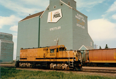 Former AWP Elevator at Stettler, and CWR GP—7 locomotive 4301, 1987. ©S.I. Smith Photo